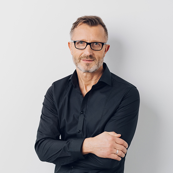 Relaxed middle-aged man wearing glasses standing with folded arms over a white background looking at the camera; Shutterstock ID 1016723266; Purchase Order: Trabajos web BK; Job: Página desconexión; Client/Licensee: Bankinter